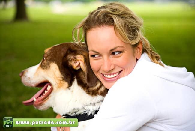 mulher-com-cachorro-amor-abraco-carinho-petrede