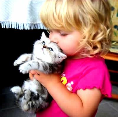 petrede-menina-beija-gato-fofo
