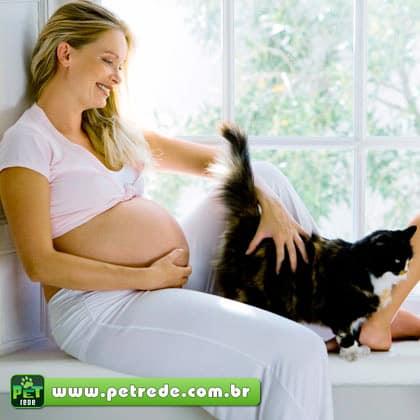 mulher-gravida-feliz-gato-petrede