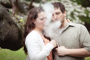 couple-vaping-together