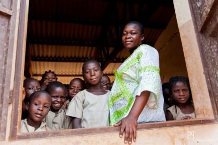 Romaine confie être une enseignante heureuse ce matin: plusieurs élèves étant absents, sa classe de primaire ne compte que 45 enfants. // Ayou - 2013
