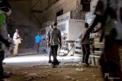 Lors de la campagne de commercialisation du coton, la Sodéco fait tourner ses machines nuit et jour pour produire le coton qui sera ensuite exporté depuis le port de Cotonou. // Banikoara - 2016