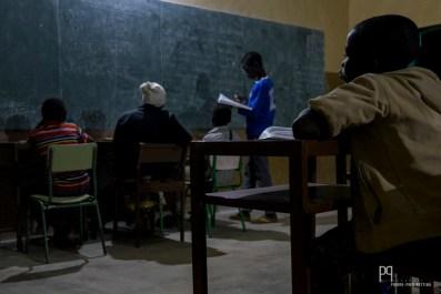 Devoirs en communs, restitutions par groupe: nombreuses sont les stratégies d'apprentissages dans cette école pas comme les autres. // Kandi - 2016