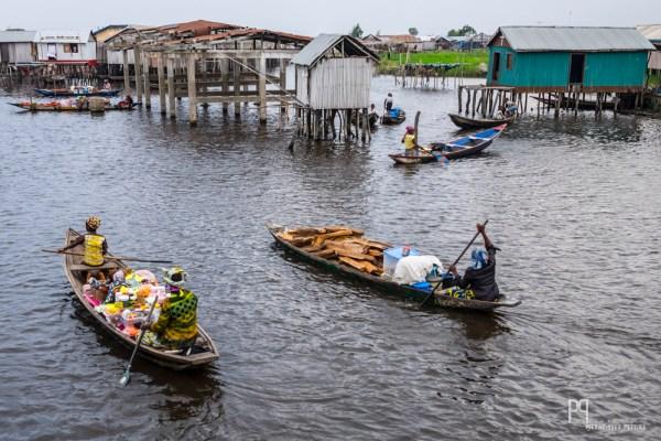 Chaque matin, les vendeuses partent au marché flottant, leurs pirogues pleines à craquer. // Ganvié - 2014