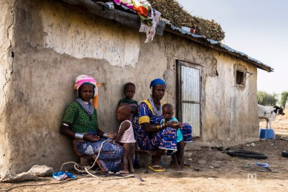 Lorsque les hommes partent plusieurs semaines avec les troupeaux, leurs femmes restent au village avec les enfants et s'occupent des cultures.