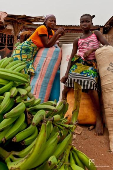 Vendeuses de bananes sur le bord de la voie. // Houègbo - 2012