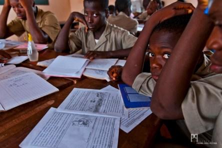 Dans cette classe de troisième, 46 élèves suivent le cours de SVT (biologie). Ils ont entre 13 et 18 ans, le niveau de français est très hétérogène et il faut partager le livre à 3 ou 4. // Ayou - 2010