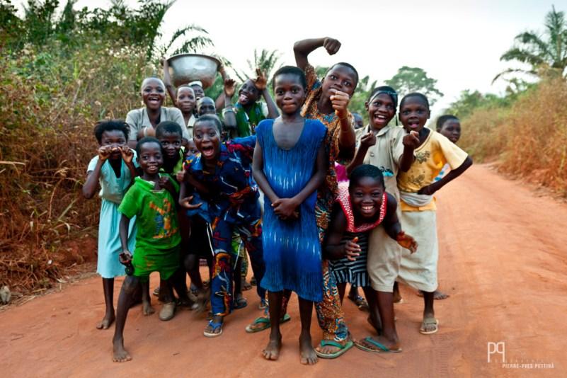 Débandade organisée sur la piste du village. // Ayou - 2010