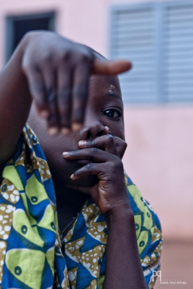 Darius vit dans la concession familiale au village. // Ayou - 2010