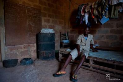 Faustin habite chez son oncle depuis qu'il a perdu son père. Sa chambre ne comporte aucune fenêtre, seule la porte laisse la lumière s'immiscer péniblement jusqu'à son lit. // Ayou - 2013