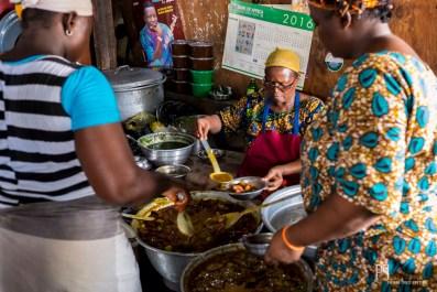 """Impossible d'échapper à l'incroyable igname pilée et fromage sauce arachide proposés par la """"maman"""" de Gbegamey. // Cotonou - 2014"""
