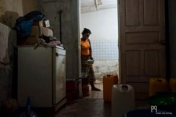 """Bientôt l'heure du diner, Carmelle prépare les """"aloko"""" (bananes plantain frites) sur le Butagaz. // Allada - 2014"""