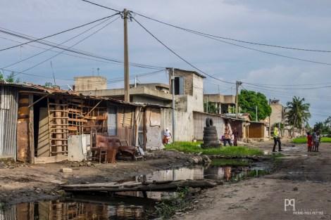 Le quartier étant perpétuellement inondé, la plupart des artisans ont bricolé de frêles passerelles afin que les clients puissent accéder aux ateliers. // Avotrou-Dandji - 2017