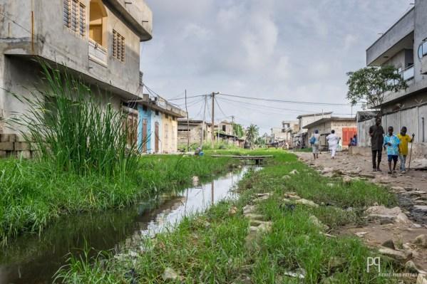 L'évacuation des eaux stagnantes n'est pas une priorité pour les autorités, malgré les appels des chefs de quartier. Le paludisme fait des ravages et tue encore et encore... // Avotrou-Dandji - 2017