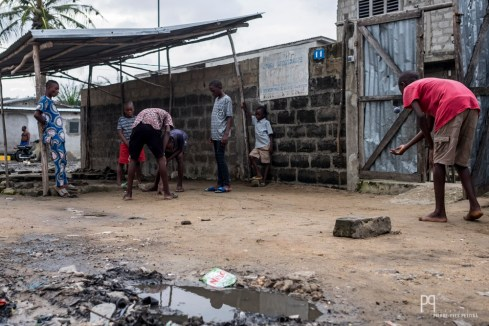 Lorsque la pluie s'arrête, les enfants reprennent leurs jeux, jusqu'aux prochaines trombes d'eau. // Avotrou-Dandji - 2017