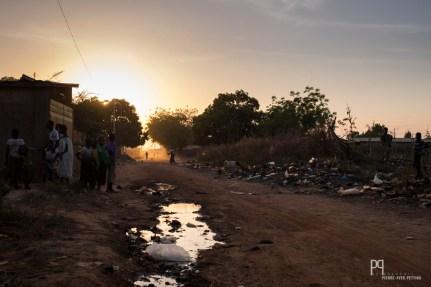 Poussière, montagnes de déchets et eaux stagnantes, une réalité écologique bien loin de nos préoccupations. // Banikoara - 2017