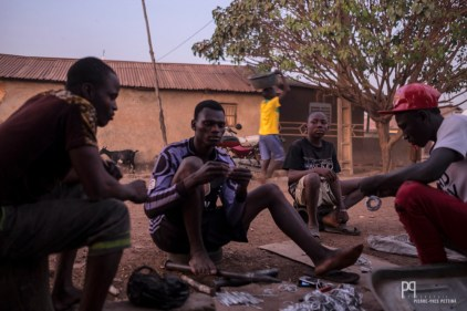 À Seko Gbabourou - le quartier des forgerons - énormément de jeunes passent leurs journées à fabriquer des objets en fer recyclé plutôt que d'aller à l'école. // Banikoara - 2017