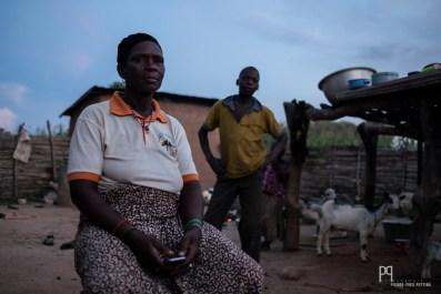 Goula Soumé est la présidente d'un collectif de 50 femmes Gando à Kérou. Elle explique avec tristesse que lors d'une assemblée de collectifs villageois à Natitingou (préfecture de l'Atacora), elle était là seule à avoir eu besoin d'un interprète et à ne pas avoir pu prendre la parole librement. Regrettant d'être analphabète et de ne pas parler français (la langue nationale), elle a recueilli quelques enfants du coin qu'elle envoie à l'école avec ses filles. Honteuse lorsqu'elle aborde le sujet, elle s'illumine en avouant son rêve qui serait d'apprendre à lire et à écrire... // Kérou - 2019