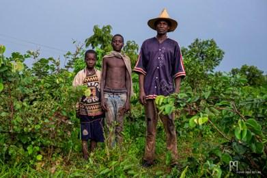 Bergers Gando. Descendants d'esclaves et longtemps marginalisés, les Gando se plaignent du manque de considération auquel ils doivent continuellement faire face (p.ex. lorsqu'ils doivent se rendre dans les hôpitaux ou à l'administration publique). Habitant en périphérie des villes, ils vivent essentiellement de l'agriculture et du pastoralisme. // Kérou - 2019