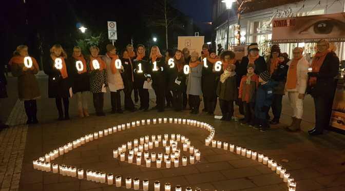 Aktion zum Int. Tag gegen Gewalt an Frauen – Kiel leuchtete Orange