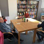 Das Podcast-Team und die ersten Gäst*innen: Ulrike Tofaute (hinten) von der Lebenshilfe und Antje T. (links), als Expertin in eigener Sache.