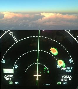 Vision de deux cumulonimbus via le pare-brise et via le radar météo d'un A320. Merci à Nabih pour la photo.
