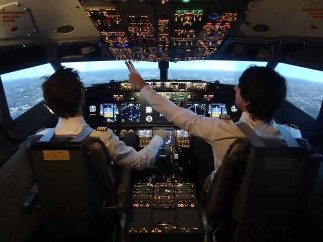 Simulateur de vol EFS à Charleroi en Belgique, utilisé par les pilotes dans la préparation de leurs sélections, ainsi que pour les stages contre la peur de l'avion.