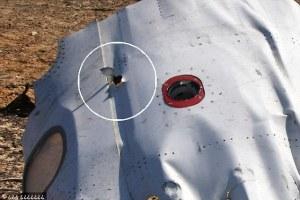Lors de l'explosion d'une bombe à bord, le fuselage est déformé et souvent percé à partir de  l'intérieur. C'est le cas sur cette image tirée de l'attentat de l'avion de Metrojet en 2015.