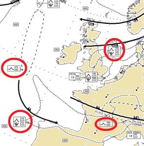 Cette carte météo donne les prévisions aux pilotes. Les zones de turbulences sont entourées en rouge. Les altitudes turbulentes sont indiquées à gauche du symbole.