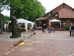Kirchvorplatz mit Quellstein und Lebenden Steinen