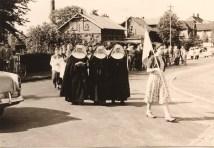 Grundsteinlegung: die Prozession gelangt von der Bartelstraße kommend vor dem Bauplatz der künftigen Kirche an