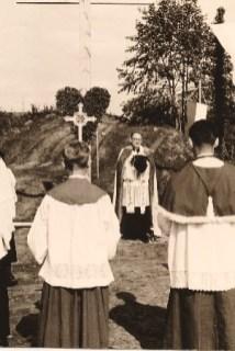 Grundsteinlegung: Ansprache von Pastor Lögers unter dem geschmückten Kreuz; an dieser Stelle wird der Opferaltar der Kirche stehen