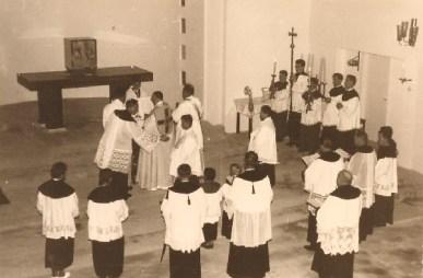 Kirchweihe 3.Sept. 1956: Weihbischof Johannes von Rudloff bei der Weihe des Opferaltars