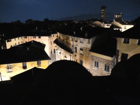 Der Ausblick bei Nacht. Rechts sieht man direkt auf den Piazza dell'Anfiteatro