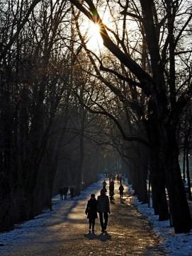 Spaziergänger in der Auenstraße an der Isar in München