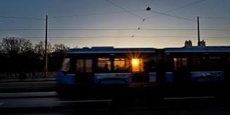 Sonnenuntergang in München hinter der Straßenbahn auf der Reichenbachbrücke