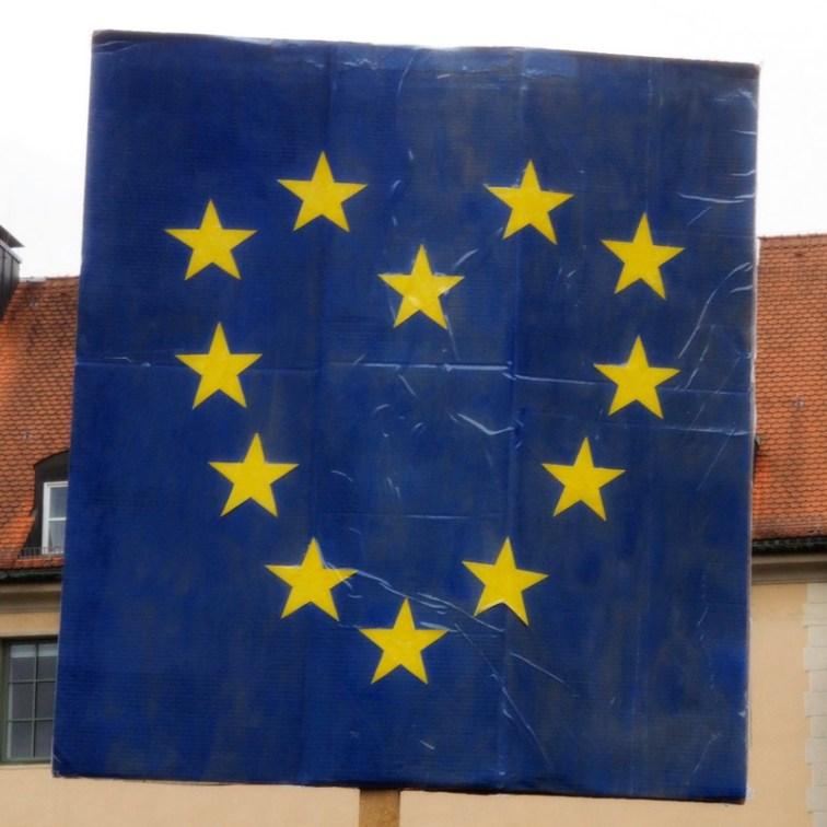 Europäer entdecken ihr Herz und gehen dafür auf die Straße oder besser gesagt den Platz: PulseofEurope in München.