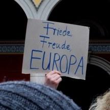 Die friedliche und fröhliche Stimmung für Europa bildet sich auch in den wenigen Bannern ab bei PulseofEurope in München.