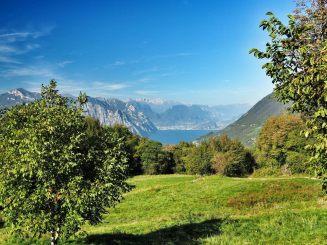 Blick Richtung Norden, nach Torbole und Riva. Im Hintergrund die Berge von Brenta und Adamello, rund 2500m hoch.