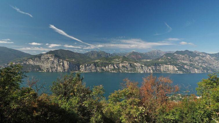 Blick auf das Westufer des Gardasees mit der Gemeinde Tremosine, gegenüber von Malcesine.