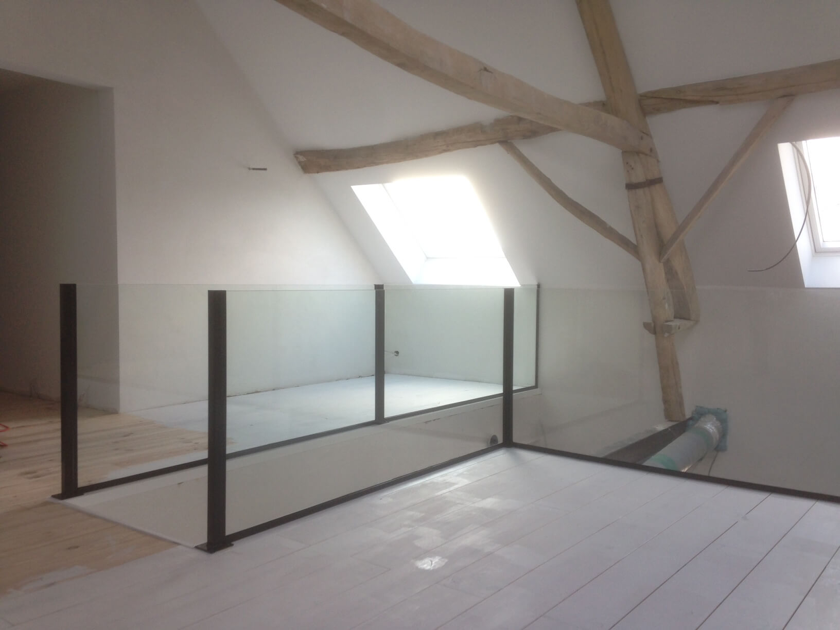 Pglas - Glazen balustrade gelaagd glas opbouw zwarte paaltjes 013
