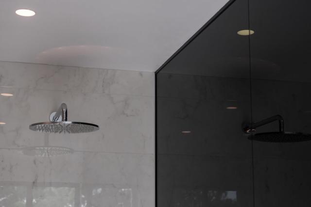 Grote glazen douchewand in twee delen