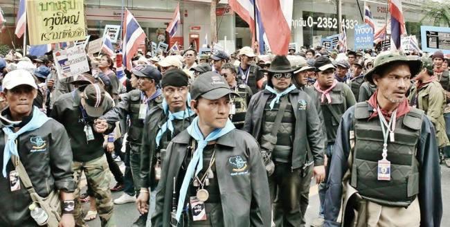 """Die paramilitärisch ausgebildeten """"Wachen"""" von Suthep Thueaksuban wollen eine andere Art von """"Demokratie"""" in Thailand. Um die Hintergründe zu verstehen, ist die Lektüre der neuen Webseite """"Passau watching Thailand"""" äußerst hilfreich. (Bild: ช้าง เบามันน์)"""