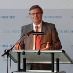"""Der untadelige ehemalige FDP-Vorsitzende Wolfgang Gerhardt ist seit 2006 das öffentliche Gesicht der """"Friedrich-Naumann-Stiftung-für-die-Freiheit"""". Wahrscheinlich kann der Vorsitzende nichts für die Ahnungslosigkeit im Bangkoker Büro. (Bild: Wikipedia)"""