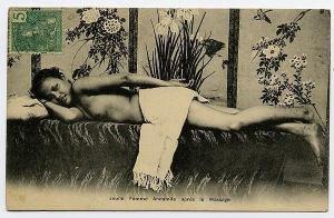 """Diese etwa 100 Jahre alte Postkarte zeigt angeblich eine """"junge Vietnamesin nach der Massage"""". Es handelt sich um ein gestelltes Bild auf einer Postkarte, wie sie zur Jahrhundertwende in Südostasien in großer Zahl  kuriserten. Diese Postkarte war im November 2014 in einem Antiquriat angeboten worden."""