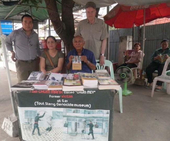 Chum Manh (vorne rechts), einer der letzten der sehr wenigen Überlebenden von Tuol Sleng. Bild von Volker Grabowsky.