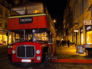 """David Whitehouse las in einem alten englischen Bus aus """"Die Reise mit der gestohlenen Bibliothek"""""""