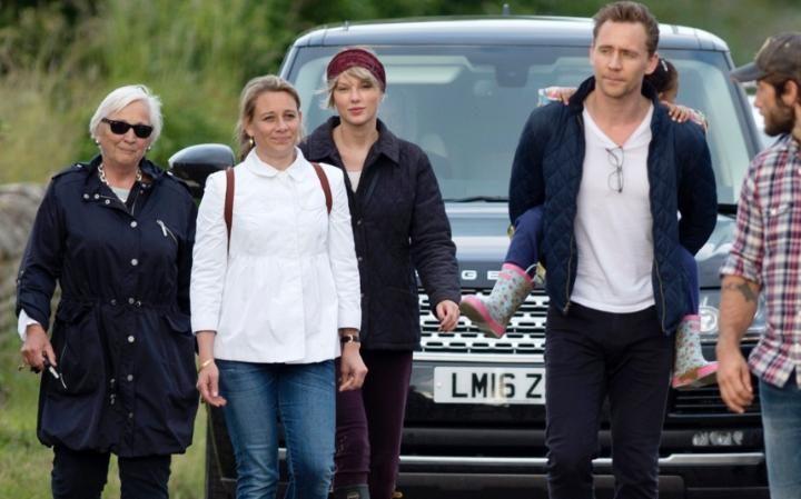 101803930_Taylor-Swift-Tom-Hiddleston-walk-NEWS-large_trans++qVzuuqpFlyLIwiB6NTmJwfSVWeZ_vEN7c6bHu2jJnT8