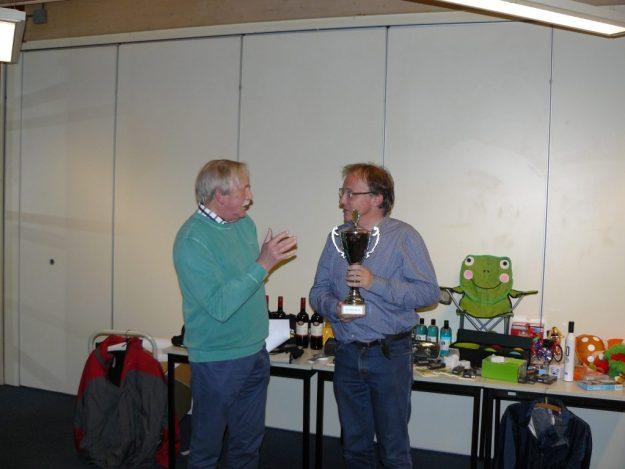 Bekeruitreiking aan de winnaar van het Wim Vriend toernooi Mark van der Werf