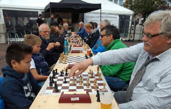 Bert van der Marel aan het snel schaken op 15 juni 2019